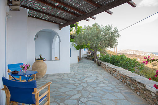 The courtyard at Roubina accommodation in Sifnos