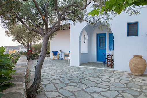 The courtyard at Roubina Rooms in Sifnos